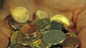 Νομίσματα στα χέρια Κλείστε αυξημένος απόθεμα βίντεο