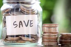 Νομίσματα στο βάζο γυαλιού για την αποταμίευση χρημάτων και την οικονομική έννοια επένδυσης Στοκ Εικόνα