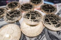 Νομίσματα του bitcoin στις σημειώσεις δολαρίων Στοκ φωτογραφίες με δικαίωμα ελεύθερης χρήσης