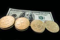 Νομίσματα του bitcoin στις σημειώσεις δολαρίων Στοκ Εικόνα