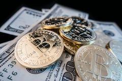 Νομίσματα του bitcoin στις σημειώσεις δολαρίων Στοκ Φωτογραφίες
