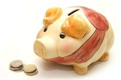 νομίσματα τραπεζών έπειτα piggy Στοκ Φωτογραφία