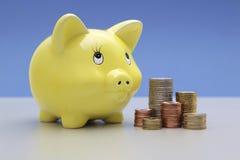 νομίσματα τραπεζών piggy Στοκ εικόνα με δικαίωμα ελεύθερης χρήσης