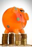νομίσματα τραπεζών piggy Στοκ φωτογραφία με δικαίωμα ελεύθερης χρήσης