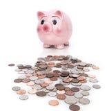 νομίσματα τραπεζών piggy Στοκ φωτογραφίες με δικαίωμα ελεύθερης χρήσης
