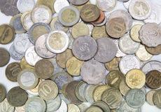 Νομίσματα των διαφορετικών χωρών επάνω Στοκ φωτογραφία με δικαίωμα ελεύθερης χρήσης