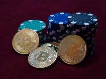 Νομίσματα Bitcoin και τσιπ πόκερ Νέο εικονικό και πραγματικό νόμισμα Στοκ Φωτογραφίες