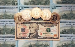 Νομίσματα bitcoin, υπάρχουν χρήματα, στον πίνακα ένας λογαριασμός 10 δολαρίων Τα τραπεζογραμμάτια διαδίδονται στον πίνακα σε έναν Στοκ φωτογραφίες με δικαίωμα ελεύθερης χρήσης