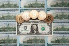 Νομίσματα bitcoin, υπάρχουν χρήματα, στον πίνακα λογαριασμών ένα δολάριο Τα τραπεζογραμμάτια διαδίδονται έξω στον πίνακα κατά ελε Στοκ Εικόνα