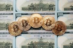 Νομίσματα bitcoin, υπάρχουν χρήματα, στον πίνακα μια σημείωση 100 δολαρίων Τα τραπεζογραμμάτια διαδίδονται έξω στον πίνακα σε ένα Στοκ φωτογραφία με δικαίωμα ελεύθερης χρήσης