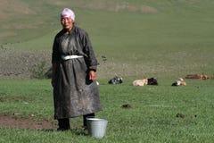 Νομαδική γυναίκα έτοιμη για το άρμεγμα των yaks Στοκ φωτογραφίες με δικαίωμα ελεύθερης χρήσης