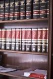 Νομικά βιβλία στο γραφείο δικηγόρων Στοκ φωτογραφίες με δικαίωμα ελεύθερης χρήσης