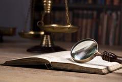 Νομική έρευνα Κλίμακα της δικαιοσύνης νόμος Γραφείο δικαστών ` s Στοκ φωτογραφία με δικαίωμα ελεύθερης χρήσης
