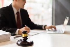 Νομικός σύμβουλος που εργάζεται με το φορητό προσωπικό υπολογιστή στοκ φωτογραφία με δικαίωμα ελεύθερης χρήσης
