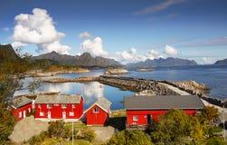 Νορβηγία, εξοχικά σπίτια διακοπών, τοπίο βουνών ακτών Στοκ φωτογραφίες με δικαίωμα ελεύθερης χρήσης