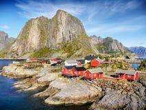 Νορβηγία, εξοχικά σπίτια διακοπών, τοπίο βουνών ακτών Στοκ Φωτογραφίες