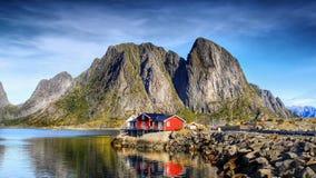 Νορβηγία, εξοχικά σπίτια διακοπών, τοπίο βουνών ακτών Στοκ φωτογραφία με δικαίωμα ελεύθερης χρήσης