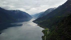Νορβηγία - ιδανική αντανάκλαση φιορδ στο σαφές νερό από τον κηφήνα στον αέρα φιλμ μικρού μήκους