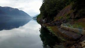 Νορβηγία - ιδανική αντανάκλαση φιορδ στο σαφές νερό από τον κηφήνα στον αέρα απόθεμα βίντεο