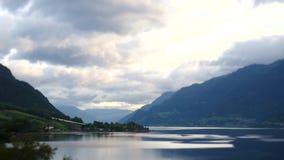 Νορβηγία - ιδανική αντανάκλαση φιορδ στο σαφές νερό φιλμ μικρού μήκους