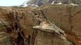 Νορβηγία κορίτσι στην άκρη του βράχου Trolltunga Εναέριο vie φιλμ μικρού μήκους