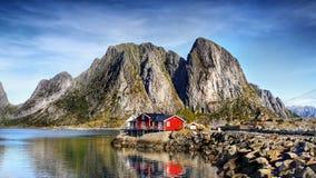 Νορβηγία, νησιά Lofoten, φιορδ βουνών τοπίων ακτών στοκ εικόνα με δικαίωμα ελεύθερης χρήσης