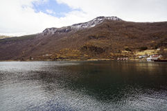 Νορβηγικά φιορδ και βουνά Στοκ εικόνα με δικαίωμα ελεύθερης χρήσης