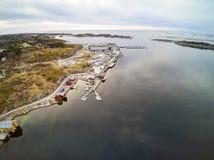 Νορβηγική ακτή, βλάστηση εναντίον του εργοστασίου σολομών στοκ φωτογραφίες