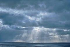 Νορβηγική θάλασσα το χειμώνα με τις ακτίνες ήλιων στοκ φωτογραφίες