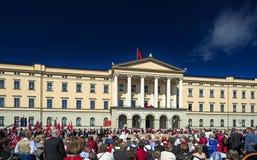 Νορβηγική παρέλαση ημέρας συνταγμάτων στο παλάτι royale στοκ εικόνα με δικαίωμα ελεύθερης χρήσης