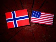 Νορβηγική σημαία με την ΑΜΕΡΙΚΑΝΙΚΗ σημαία σε ένα κολόβωμα δέντρων στοκ φωτογραφία με δικαίωμα ελεύθερης χρήσης