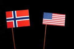 Νορβηγική σημαία με την ΑΜΕΡΙΚΑΝΙΚΗ σημαία στο Μαύρο στοκ εικόνες με δικαίωμα ελεύθερης χρήσης