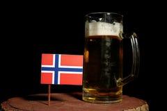 Νορβηγική σημαία με την κούπα μπύρας στο Μαύρο στοκ φωτογραφία