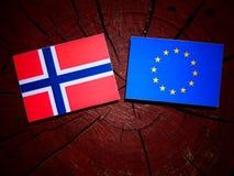 Νορβηγική σημαία με τη σημαία της ΕΕ σε ένα κολόβωμα δέντρων που απομονώνεται στοκ φωτογραφίες με δικαίωμα ελεύθερης χρήσης
