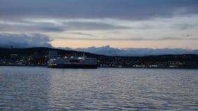 Νορβηγικός παράκτιος ο σαφής, Hurtigruten, που αφήνει την πόλη Tromsoe απόθεμα βίντεο