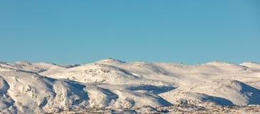Νορβηγικός χειμώνας, τοπίο βουνών με το χιόνι πανόραμα στοκ εικόνες