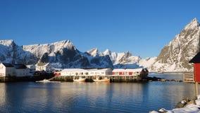 Νορβηγικός χειμώνας lansdcape με τα κόκκινα σκάφη rorbu και αλιείας απόθεμα βίντεο