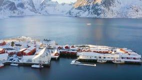 Νορβηγικός χειμώνας lansdcape με τα κόκκινα σκάφη 2 rorbu και αλιείας φιλμ μικρού μήκους