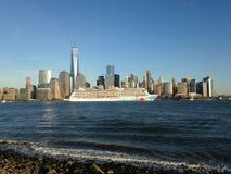 Νορβηγικό αποσπασθε'ν κρουαζιερόπλοιο στον ποταμό του Hudson που αφήνει το Μανχάταν Στοκ Εικόνα