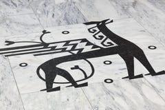 Νορβηγικό σύμβολο σημαδιών με το φτερωτό δράκο μαύρη μαρμάρινη πέτρα Στοκ φωτογραφία με δικαίωμα ελεύθερης χρήσης