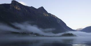 Νορβηγικό φιορδ της Misty στοκ εικόνα με δικαίωμα ελεύθερης χρήσης