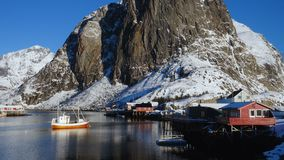 Νορβηγικό χειμερινό τοπίο με τα πολύχρωμα σκάφη rorbu και αλιείας φιλμ μικρού μήκους