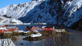 Νορβηγικό χειμερινό τοπίο με τα πολύχρωμα σκάφη rorbu και αλιείας απόθεμα βίντεο