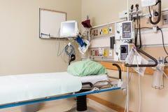 Νοσοκομειακό κρεβάτι και ιατρικά εργαλεία στοκ εικόνα