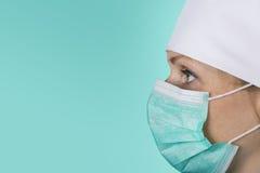 Νοσοκόμα γιατρών με την του προσώπου μάσκα σε πράσινο Στοκ φωτογραφία με δικαίωμα ελεύθερης χρήσης