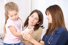 Νοσοκόμα: Η νοσοκόμα τυλίγει το διάστρεμμα καρπών στοκ φωτογραφία