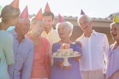 Νοσοκόμα και πρεσβύτεροι που γιορτάζουν γενέθλια στοκ εικόνες