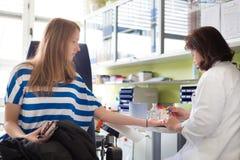 Νοσοκόμα και χορηγός αίματος στη δωρεά Στοκ Φωτογραφίες