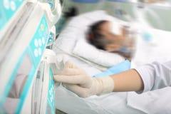 Νοσοκόμα κοντά στον ασθενή Στοκ Εικόνες