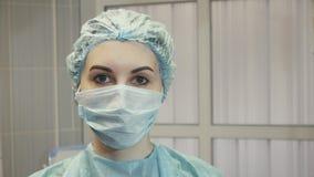 Νοσοκόμα κοριτσιών στο λειτουργούν δωμάτιο σε μια ιατρική μάσκα Στοκ εικόνες με δικαίωμα ελεύθερης χρήσης